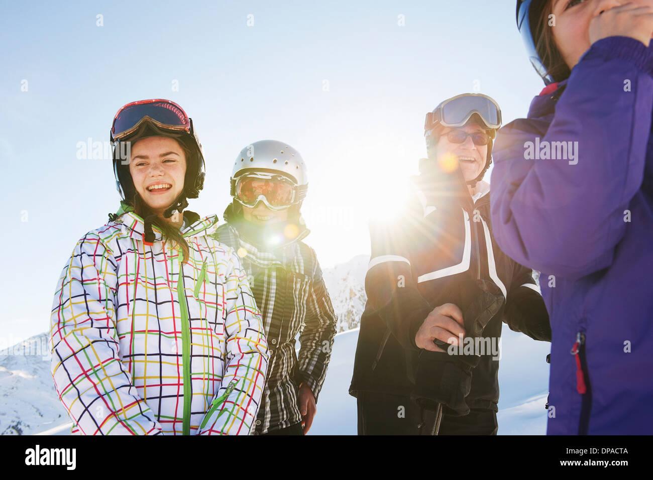 Großeltern und Enkelinnen, Les Arcs, Haute-Savoie, Frankreich Stockbild