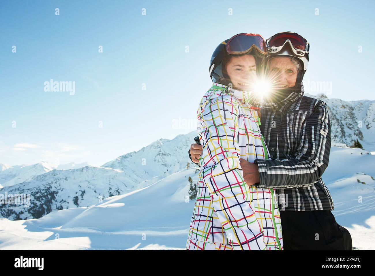 Großmutter und Enkelin umarmt, Les Arcs, Haute-Savoie, Frankreich Stockbild