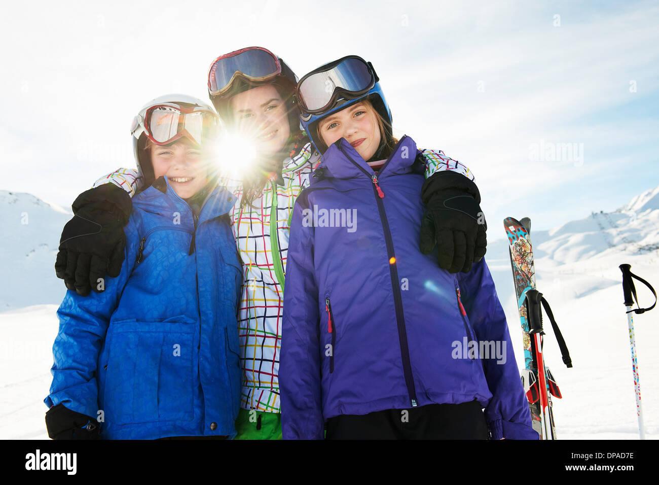 Porträt der Brüder und Schwestern im Schnee, Les Arcs, Haute-Savoie, Frankreich Stockbild