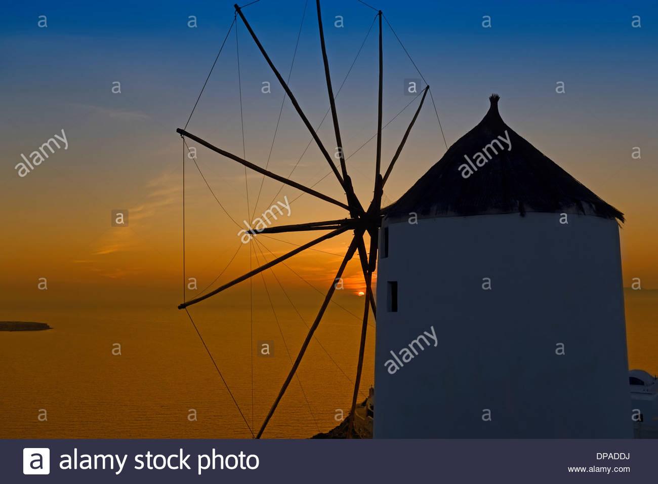 Windmühle, Oia, Santorini, Griechenland Stockbild