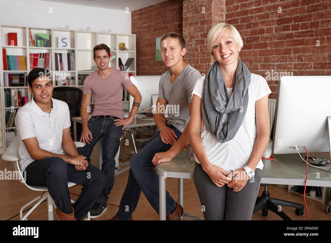 Porträt von Kolleginnen und Kollegen im Kreativbüro Stockbild