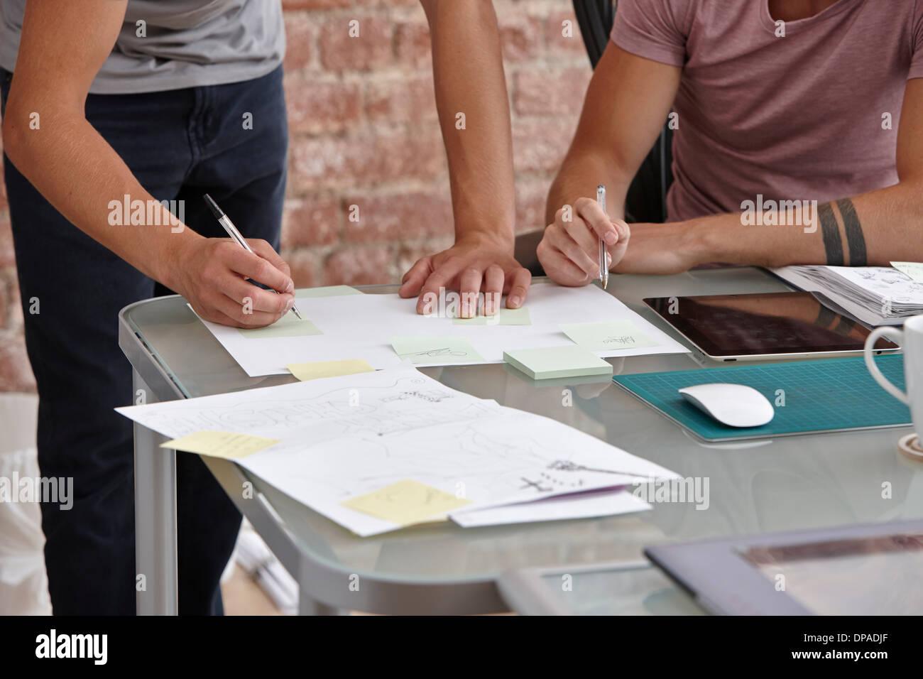Zwei männliche Kollegen, man Notizen Stockfoto