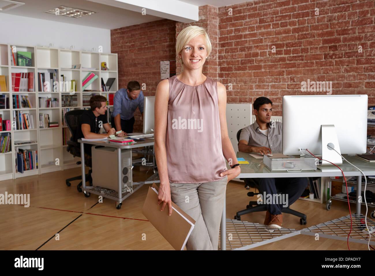 Porträt von Mitte erwachsenen Frau in Kreativbüro Stockbild