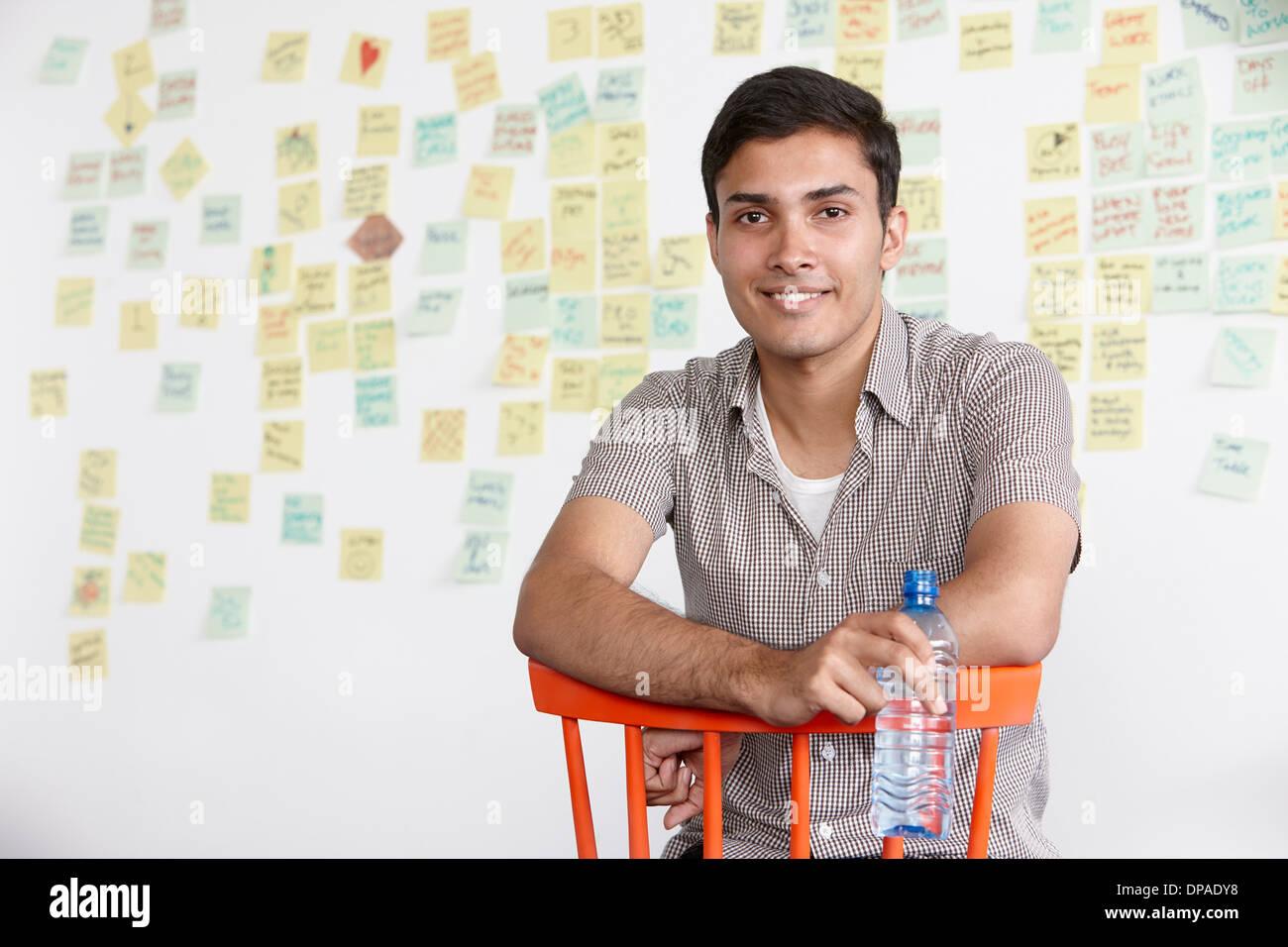Porträt des jungen Mannes mit Klebstoff Noten im Hintergrund Stockbild
