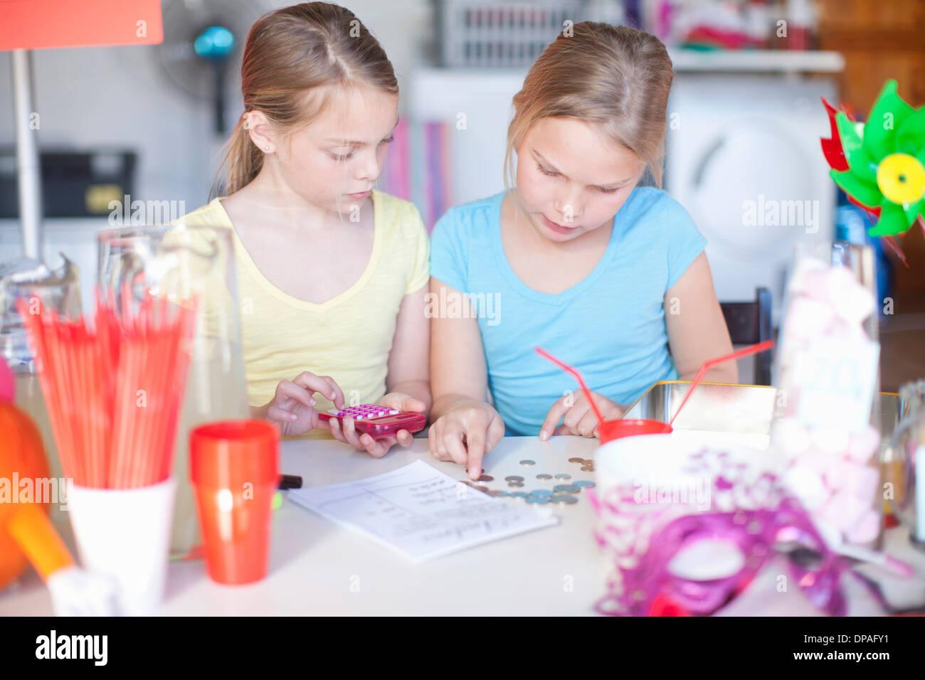 Zwei junge Schwestern Stall Gewinne überprüfen Stockbild