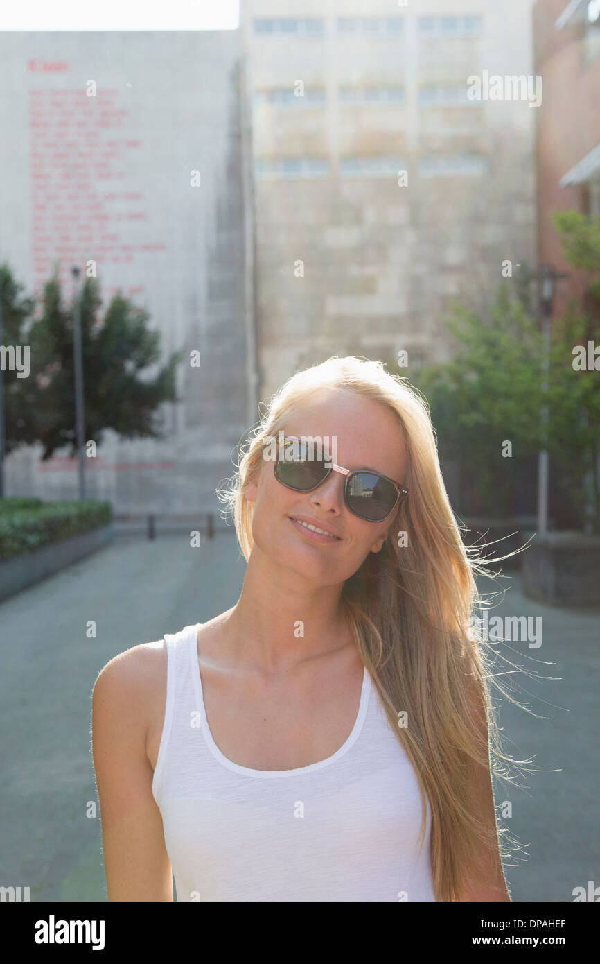 Junge Frau, die unbeschwert in der Straße Stockbild
