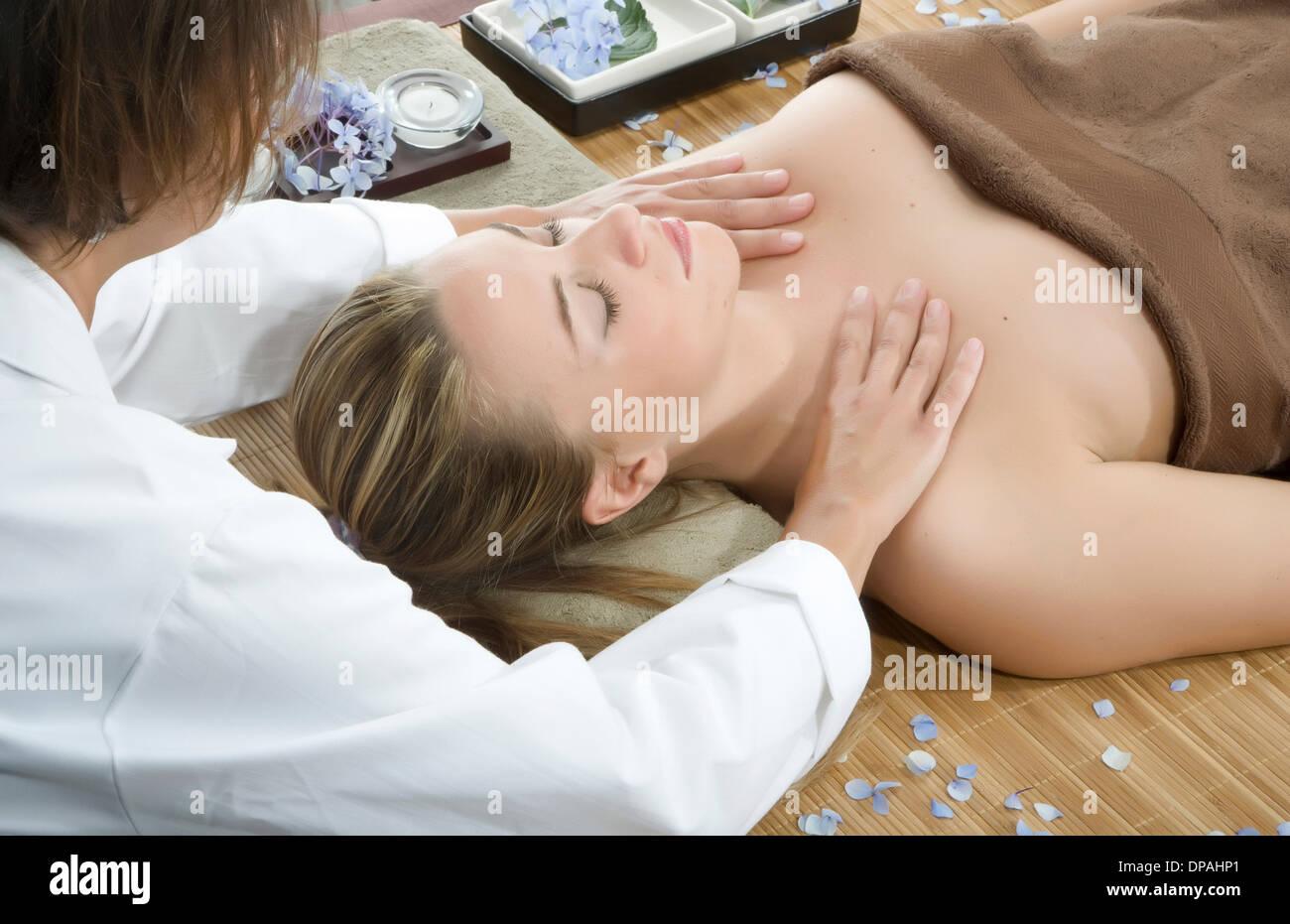 Masseurin mit Schultermassage im spa Stockfoto