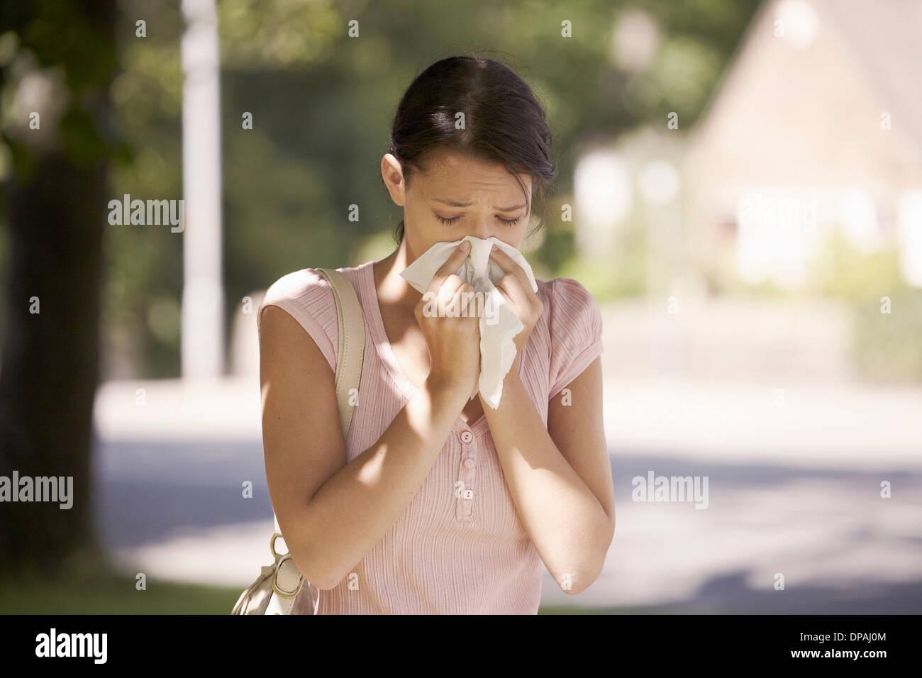 Frau, die unter Heuschnupfen leiden Stockbild