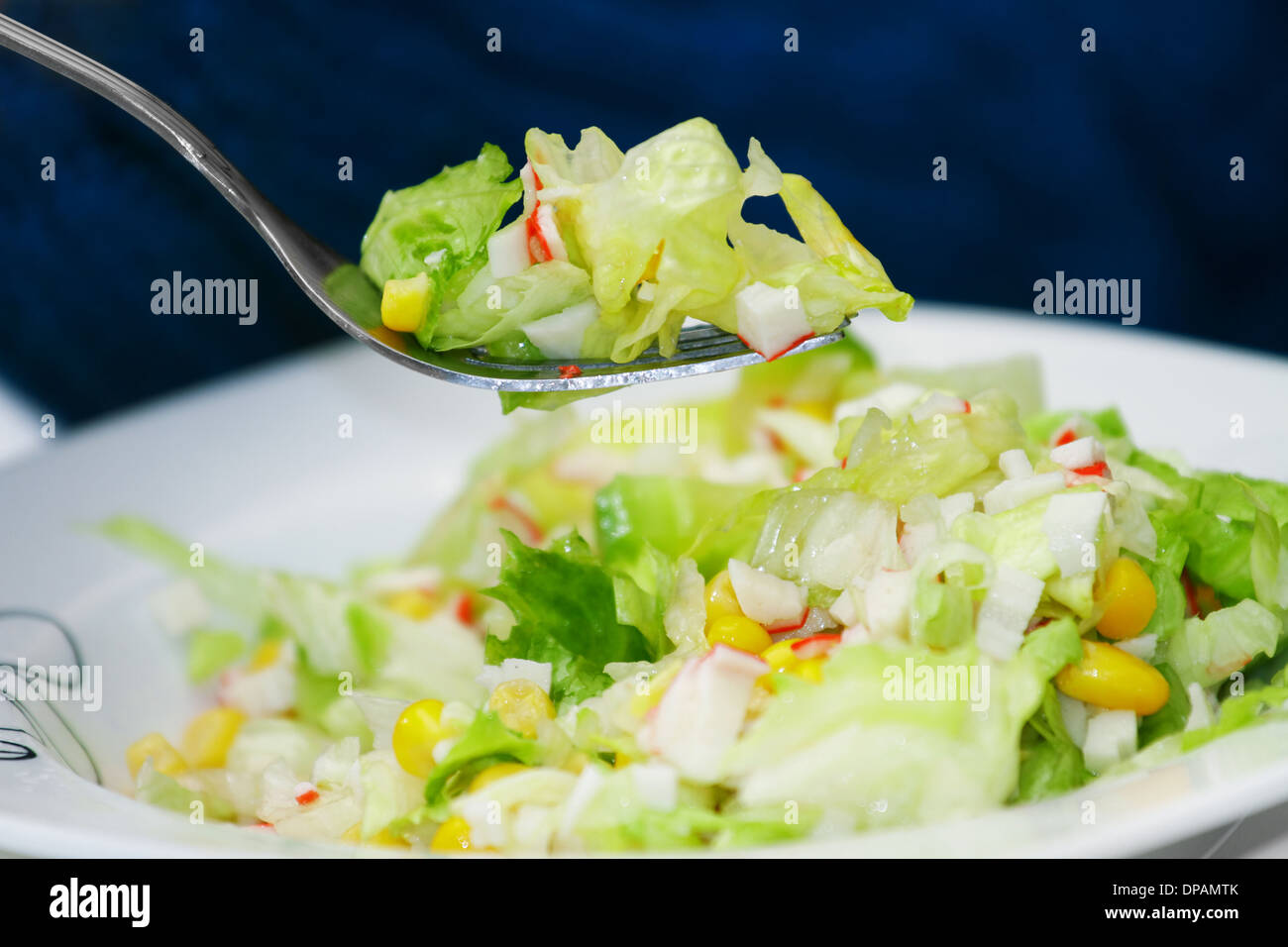 Frischer grüner Salat mit Krebsfleisch Stockfoto, Bild: 65389427 - Alamy