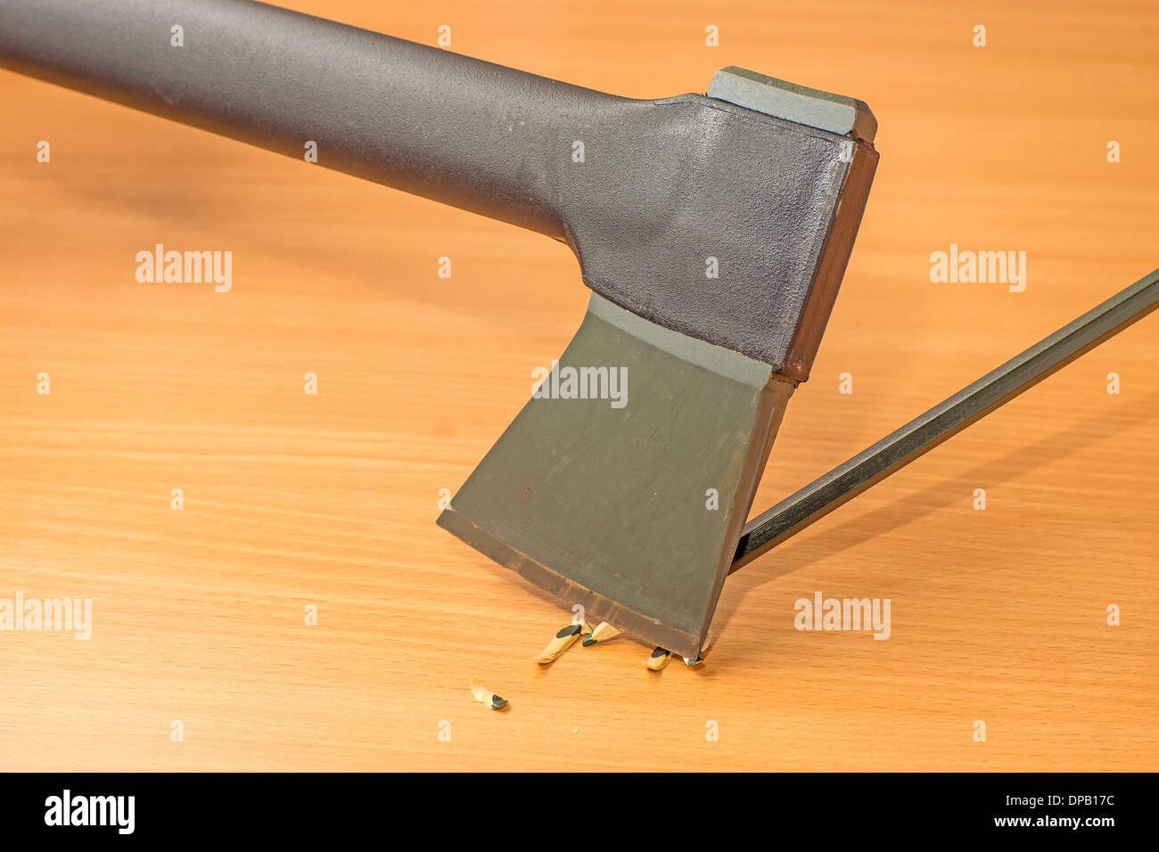 einen bleistift schärfen mit einer axt stockfoto, bild: 65396000 - alamy