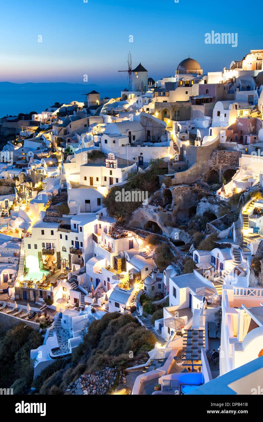 Häuser im Dorf Oia auf der griechischen Insel Santorin. Stockbild