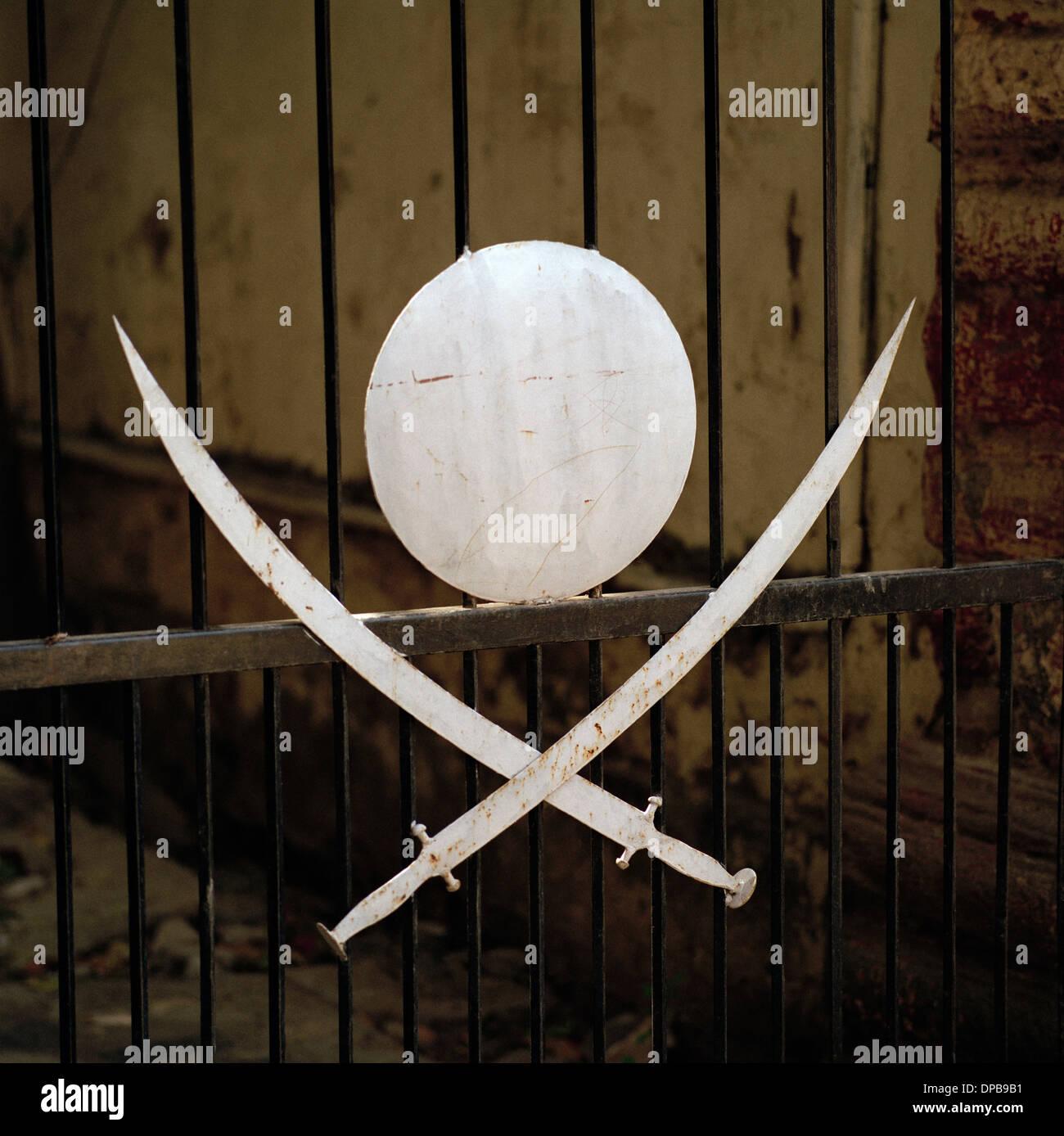 Symbolik der gekreuzten Schwerter in Udaipur in Rajasthan in Indien in Südasien. Stockbild