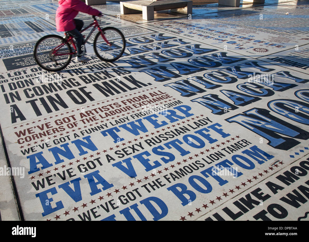 Blackpool, Lancashire, UK 11. Januar 2014. Vorsaison-Urlauber genießen die Humor und Schlagworte in der Comedy-Pflaster auf Blackpool Promenade, Feier der Komödie über einen außerordentlichen Umfang geprägt. Unter Bezugnahme auf die Arbeit von mehr als 1.000 Komiker und Comedy-Autoren, gibt der Teppich visuelle Form Witze, Lieder und Schlagworte aus den frühen Tagen der Vielfalt bis in die Gegenwart. Das Kunstwerk von 2.200 m 2 enthält über 160.000 Granit Buchstaben eingebettet in Beton, die Grenzen der Kunst im öffentlichen Raum und Typografie an ihre Grenzen. Bildnachweis: Mar Photographics/Alamy Live-Nachrichten. Stockbild