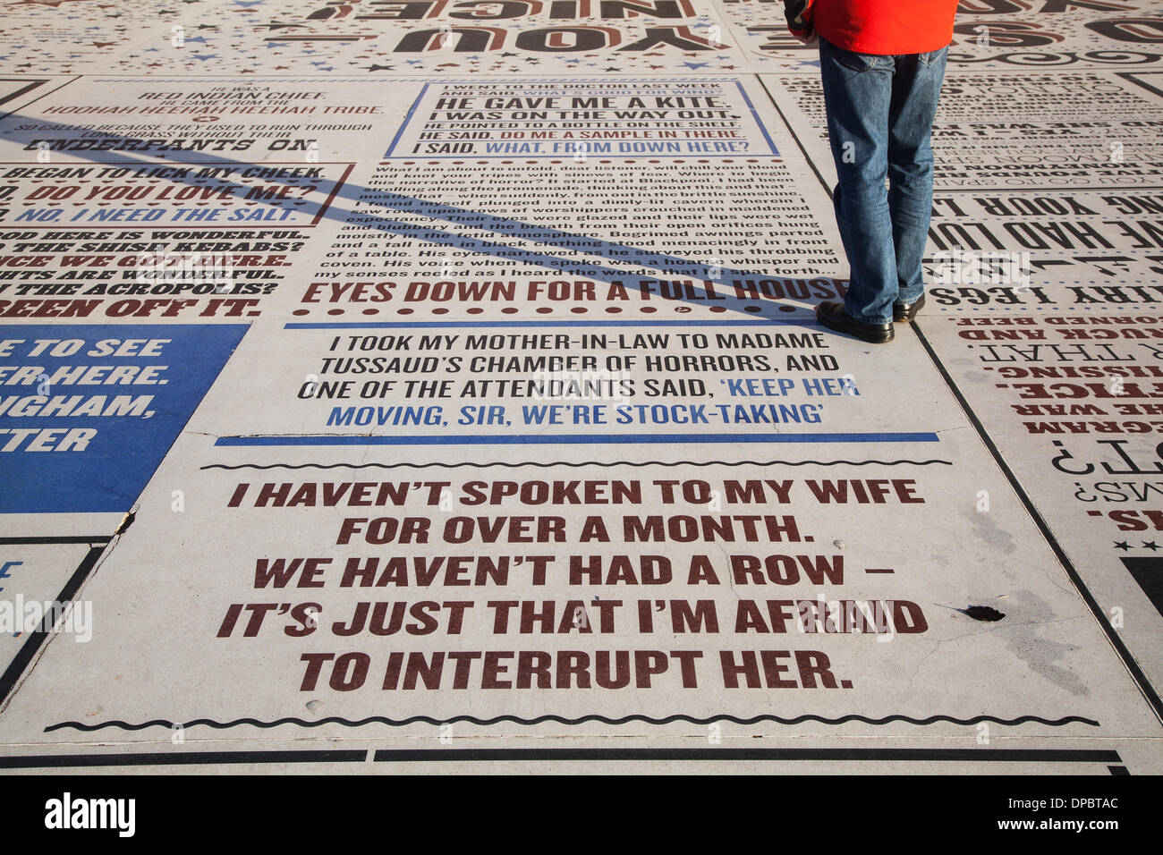 Blackpool, Lancashire, UK 11. Jan 2014. Frühe Jahreszeit Urlauber genießen die Humor und Phrasen von Les Dawson Prägungen in der Komödie Pflaster auf der Promenade in Blackpool, Feier der Komödie auf einer außerordentlichen Maßstab. Die Arbeit der mehr als 1.000 Comedians und Komödie Schriftsteller, der Teppich visuelle Form zu Witzen, Liedern und Schlagworte aus den frühen Tagen der Vielfalt bis in die Gegenwart. Die 2.200 m2 Kunstwerk enthält über 160.000 Briefe aus Granit eingebettet in konkrete, die die Grenzen der öffentlichen Kunst und Typografie an ihre Grenzen. Stockbild