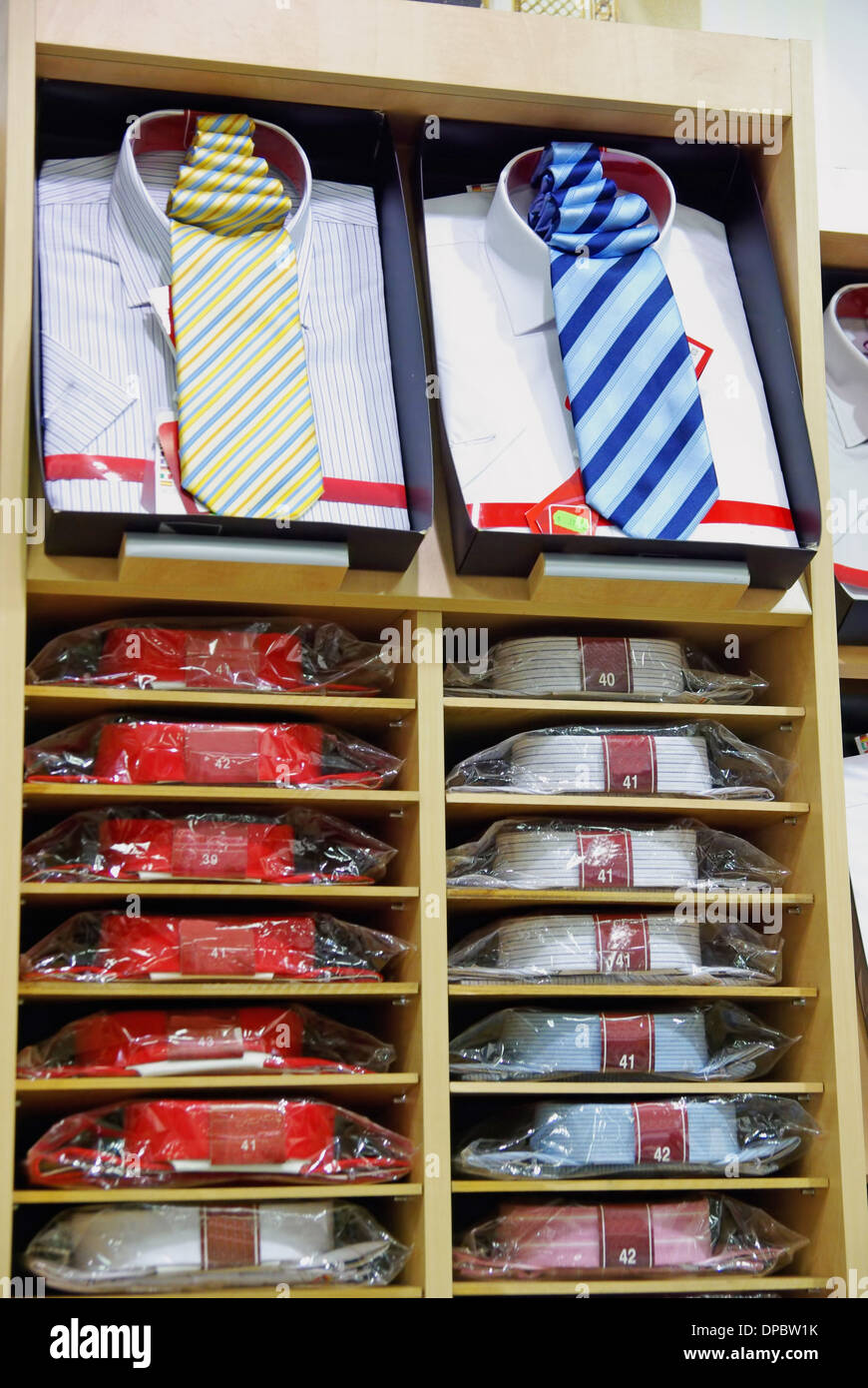 Hemden mit Krawatte in einem Bekleidungsgeschäft. Stockbild