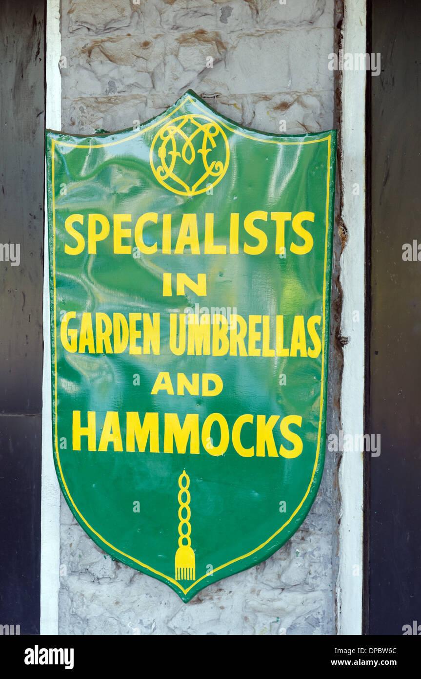 Ein Zeichen für ein Geschäft, die im Garten Sonnenschirme und Hängematten spezialisiert hat Stockbild