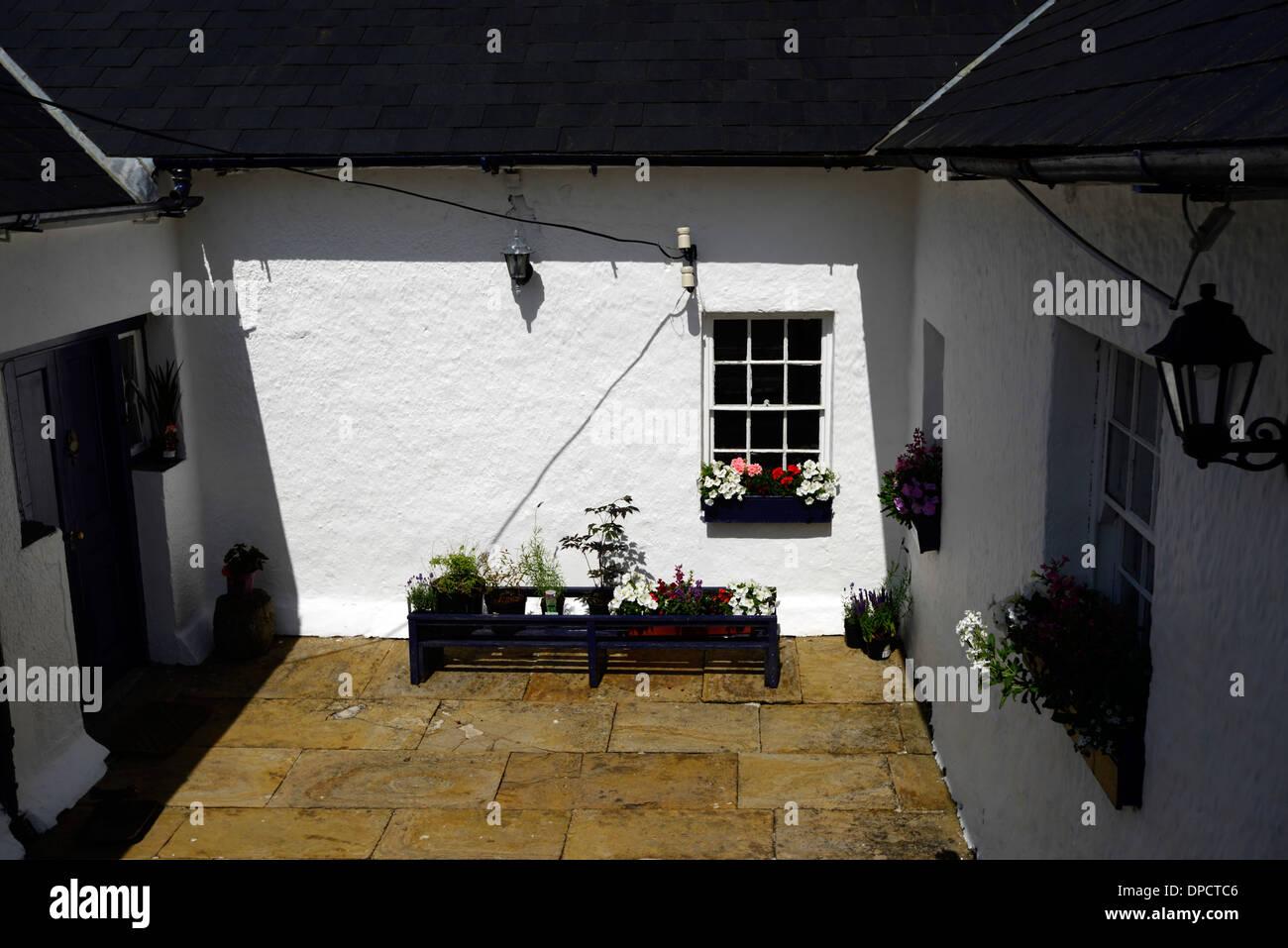 Hof gemalt weiße Wände Sonne Falle sonnige Terrasse Stockbild