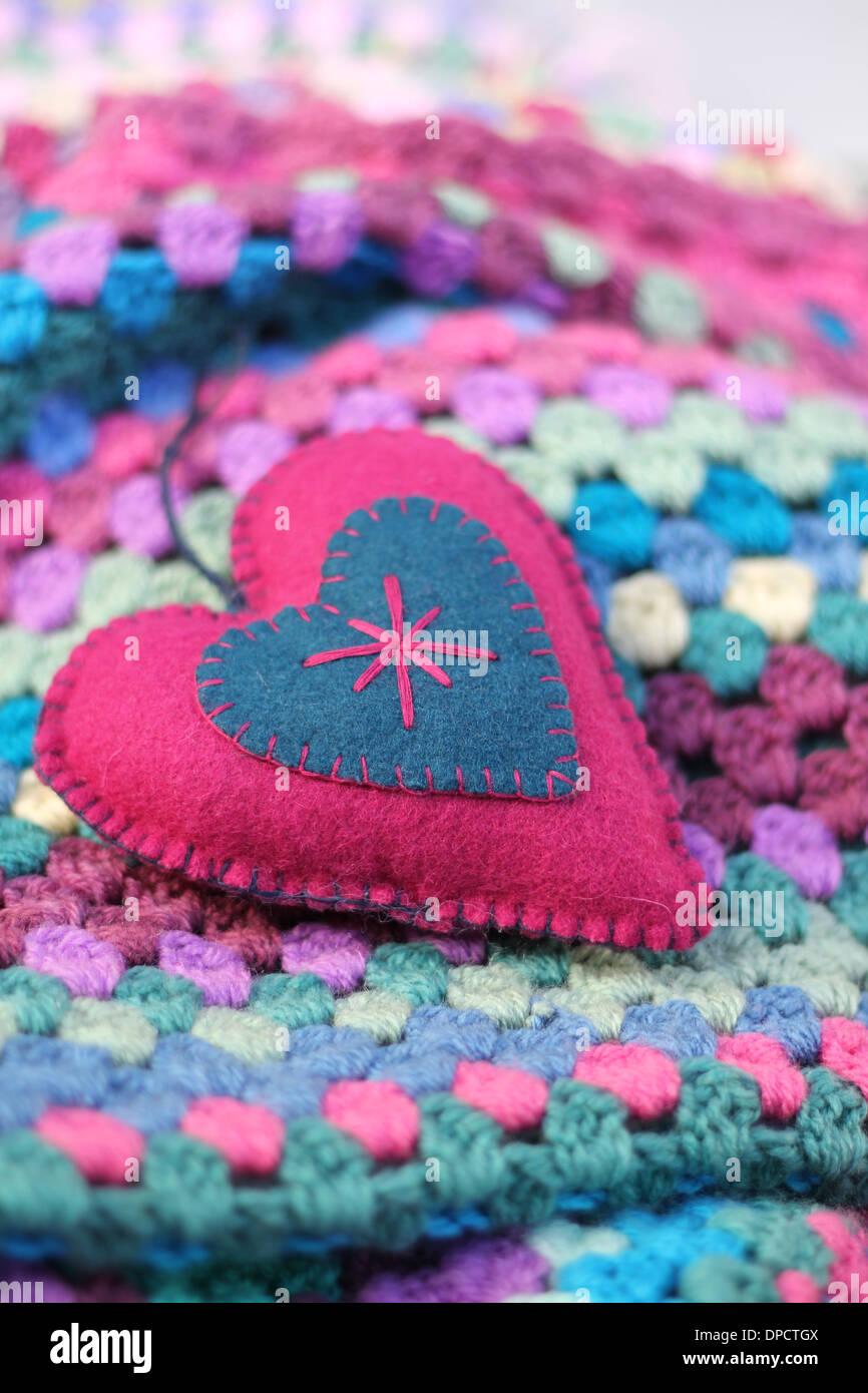 Rosa Und Blau Fühlte Shabby Chic Herz Auf Eine Decke Häkeln Bunte