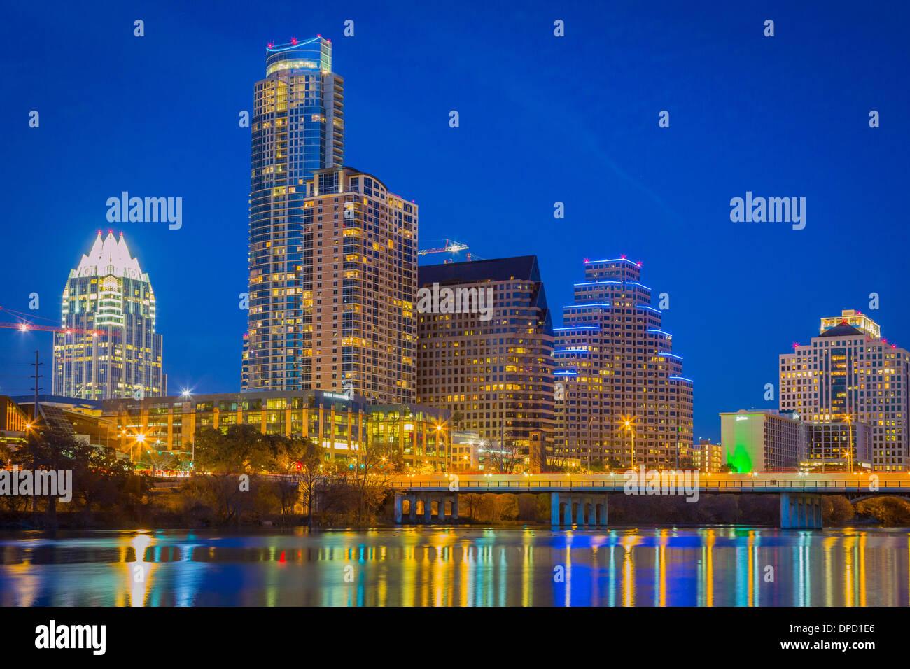 Skyline von Austin und den Colorado River bei Nacht Stockbild