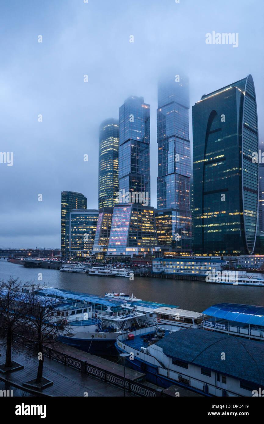 Blick auf Moskau City Businesscenter an einem nebeligen Tag Stockbild