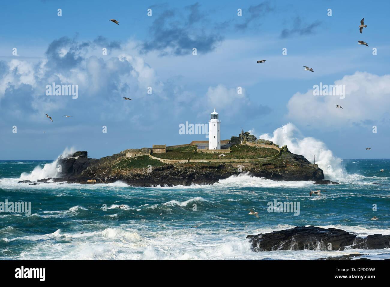 """Riesige Wellen schlagen Godrevy Insel in Cornwall, nachdem der Sturm den Spitznamen """"St. Jude"""" Stockbild"""