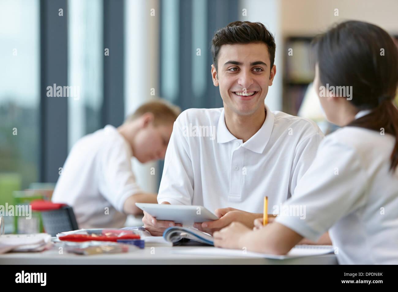 Jugendliche, die gemeinsam im Klassenzimmer Stockbild