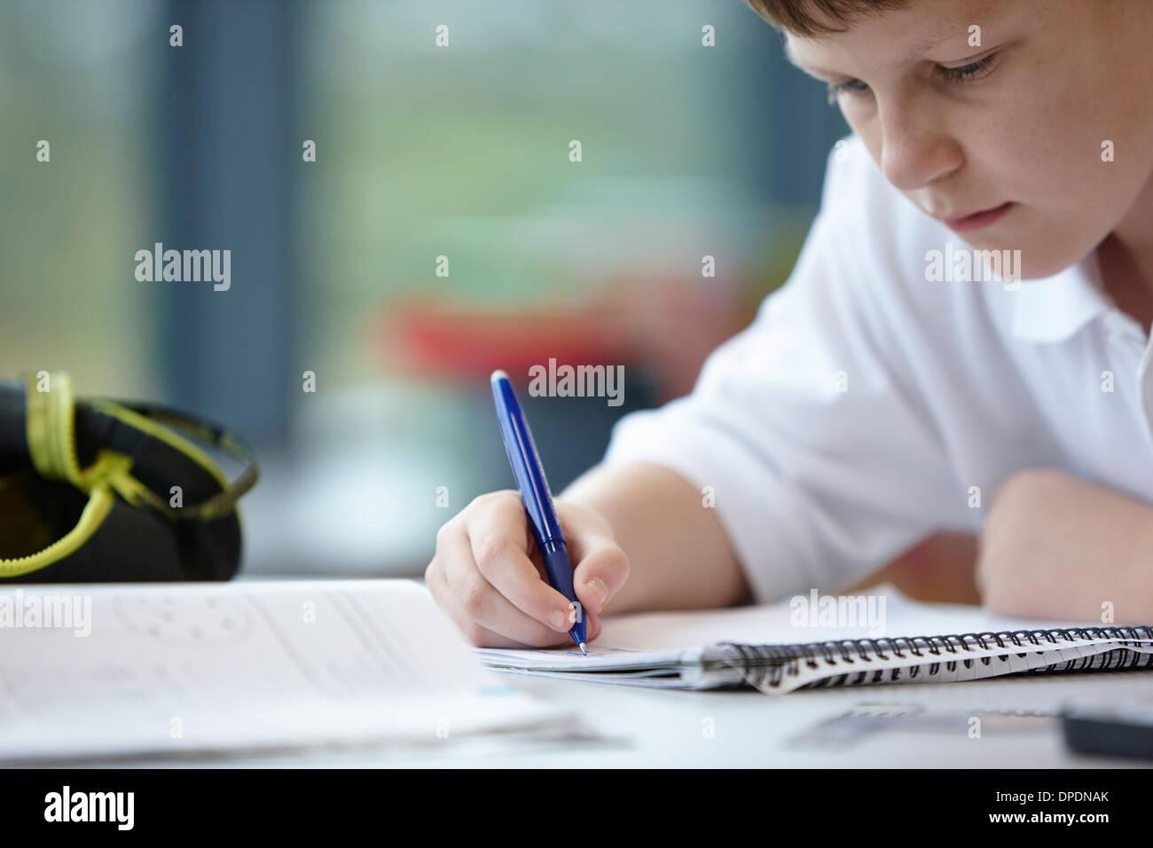 Nahaufnahme der Schüler in der Klasse schreiben Stockbild