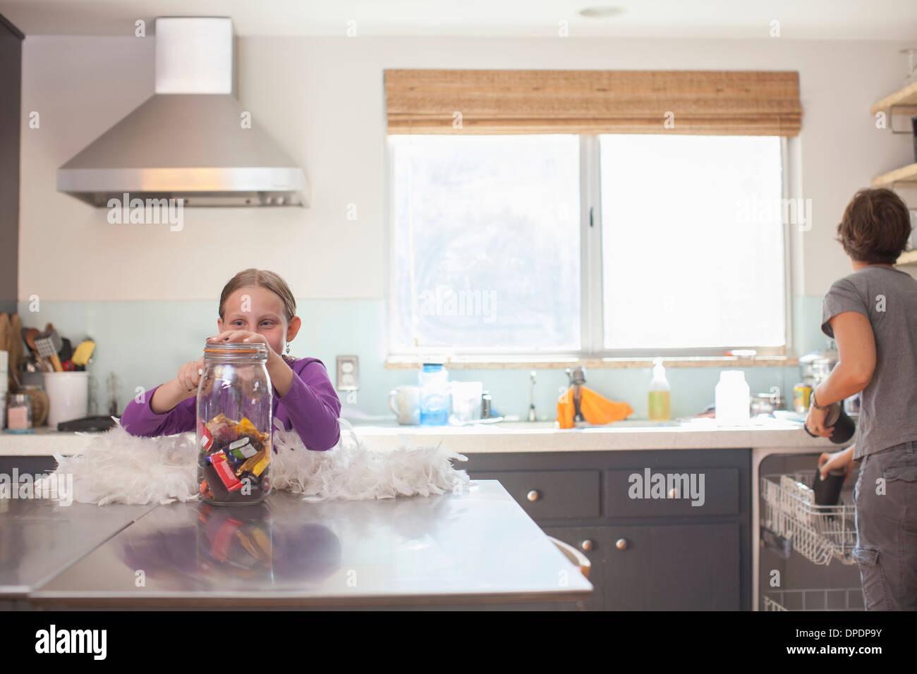 Tochter heimlich Keks aus Biskuit Fass Stockbild