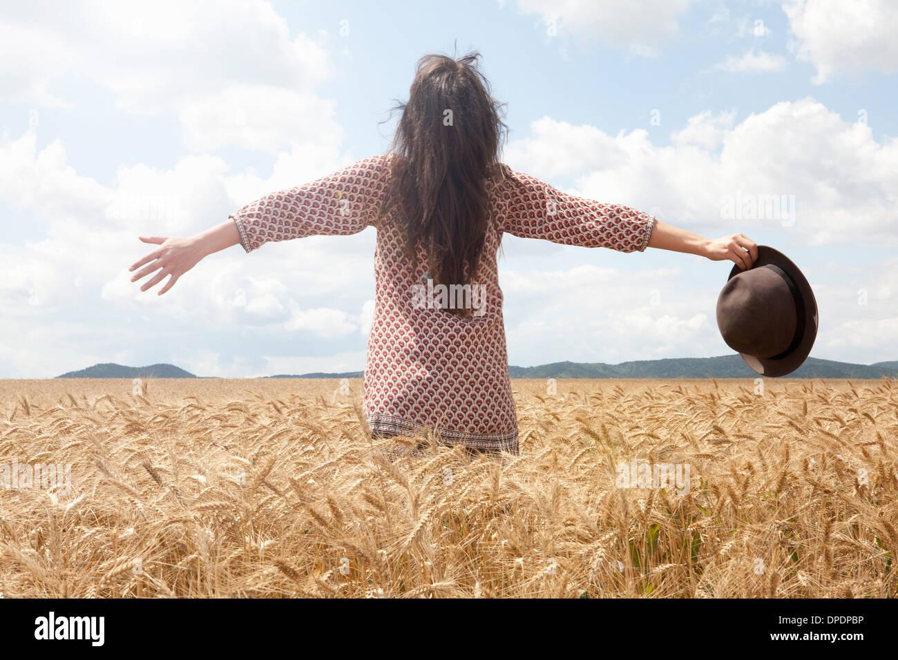 Mitte Erwachsene Frau im Weizenfeld mit Armen, weite Stockbild