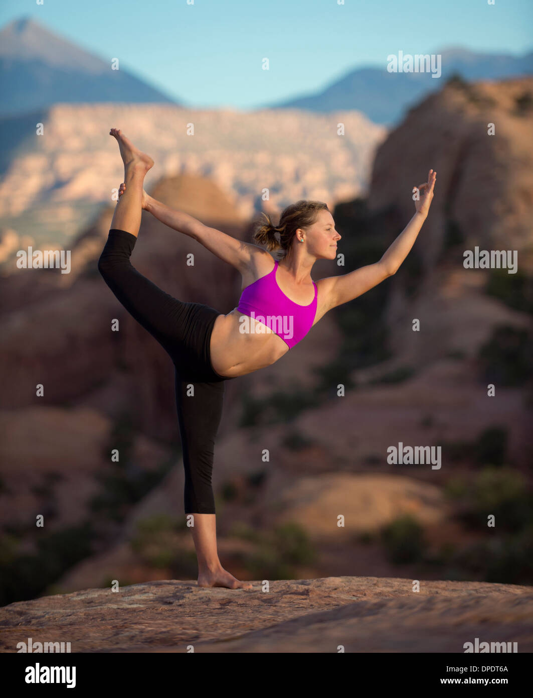 Junge Frau tut Yoga, Moab, Utah, USA Stockbild