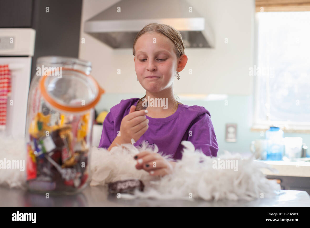 Mädchen heimlich genießen Keks aus Biskuit Fass Stockbild