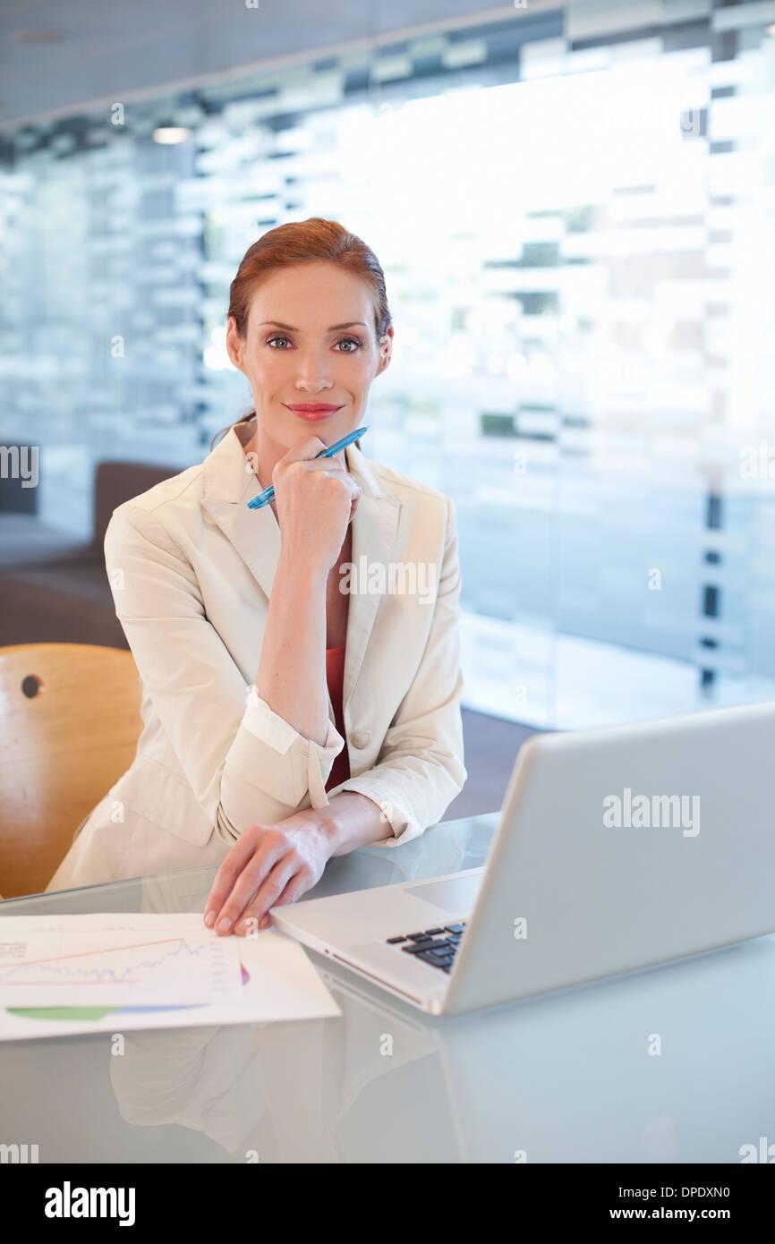 Geschäftsfrau sitzen am Schreibtisch, schreiben Aktivität Stockbild