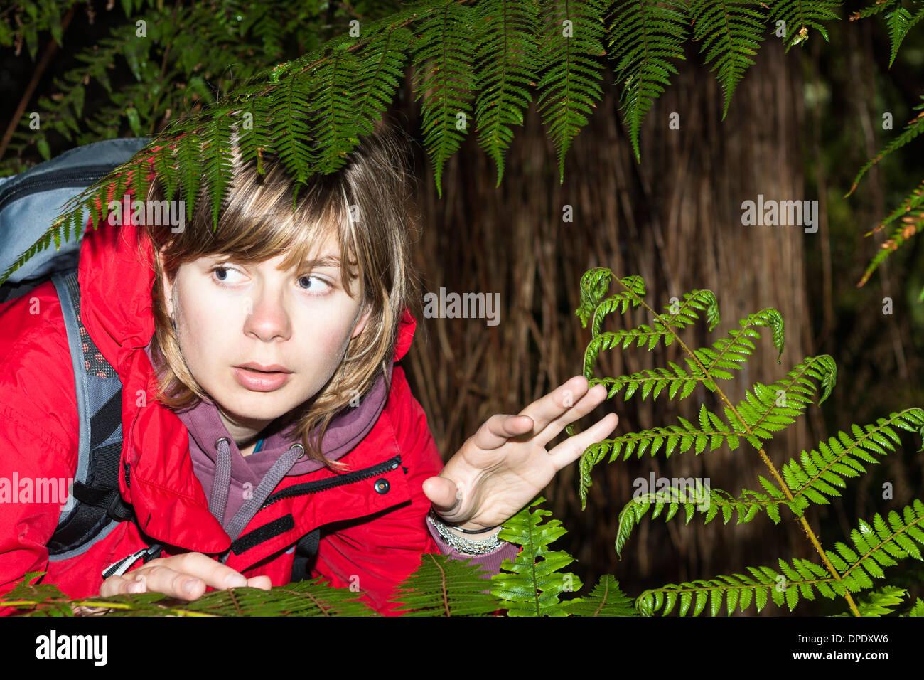 Junge Angst verloren Frau Backpacker im dunklen Wald, Neuseeland Stockbild