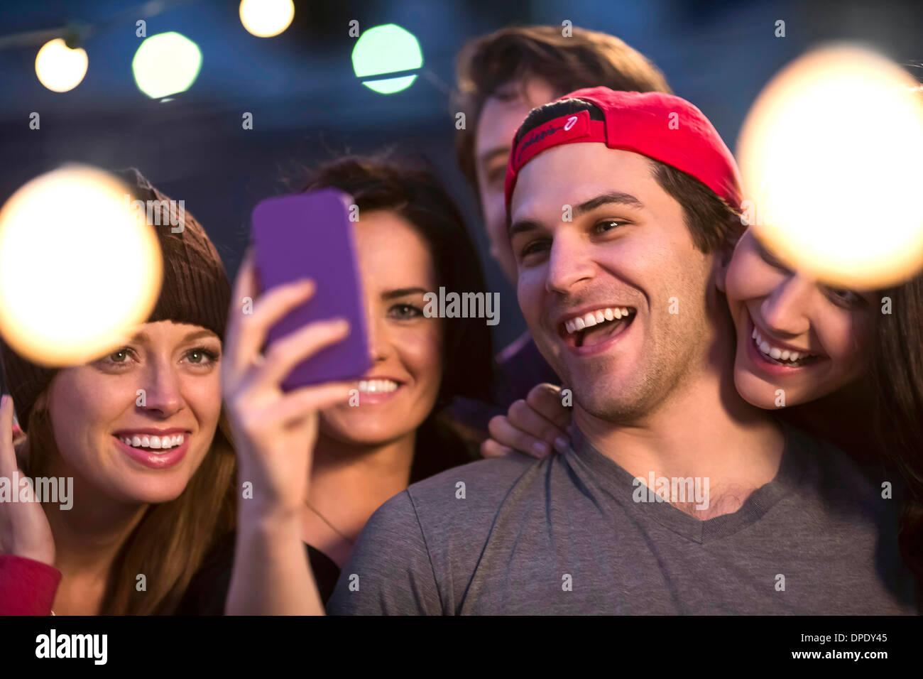 Junge Erwachsene Freunde nehmen Selfie auf party Stockbild