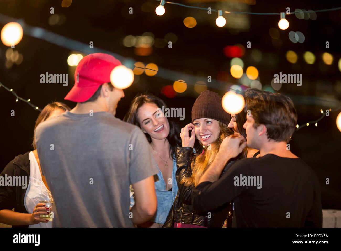 Junge Erwachsene Freunde, die Spaß an Party auf dem Dach Stockbild