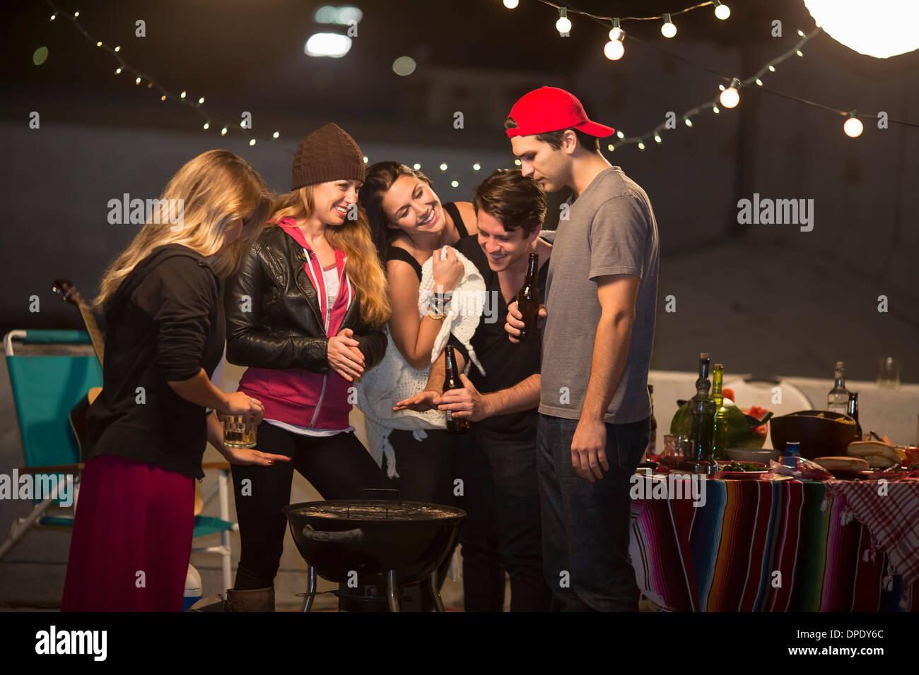 Junge Erwachsene Freunde Warmhalten auf Party auf dem Dach Stockbild