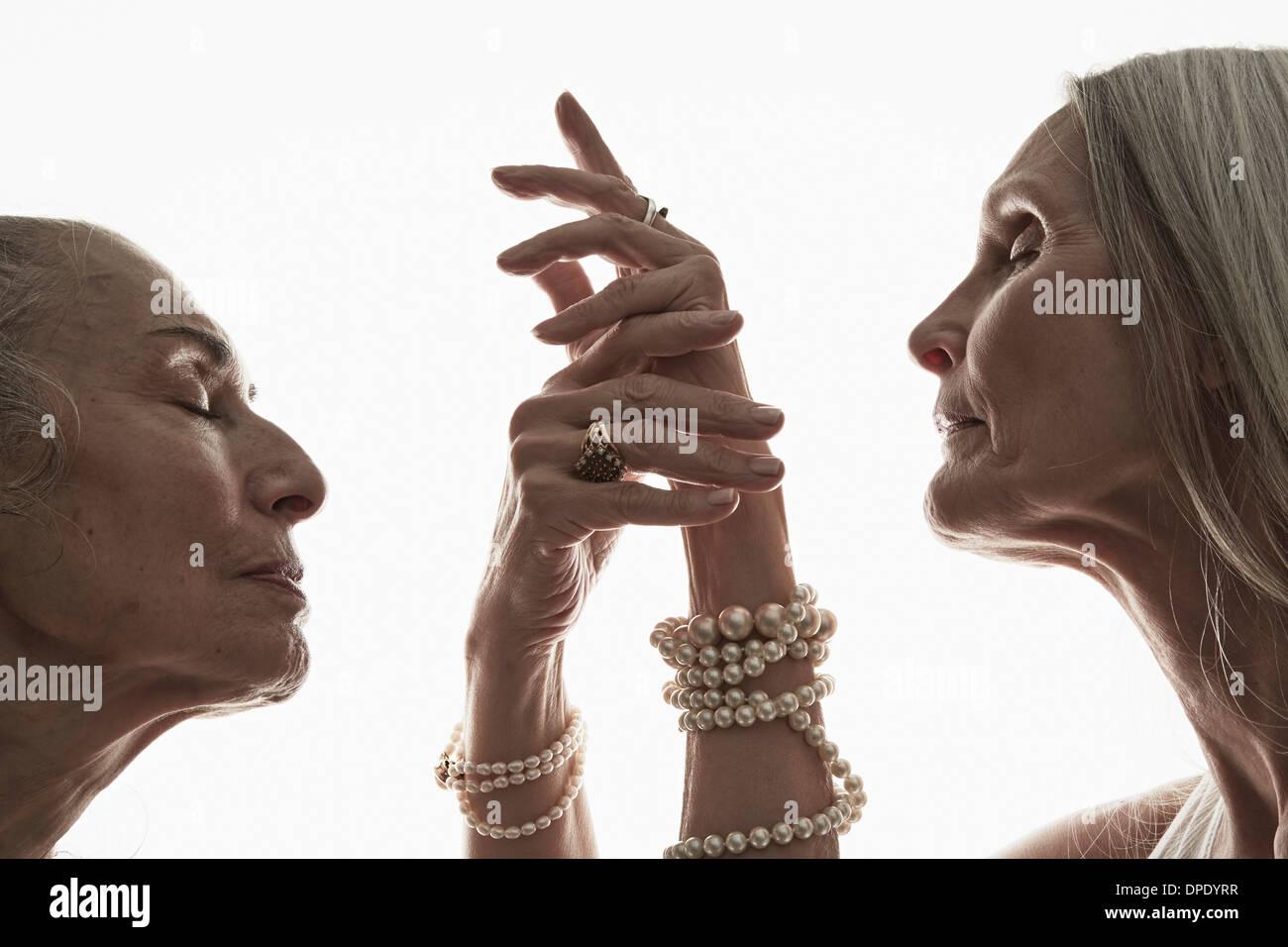 Studioaufnahme von zwei Reife Frauen im Profil mit geschlossenen Augen Stockbild