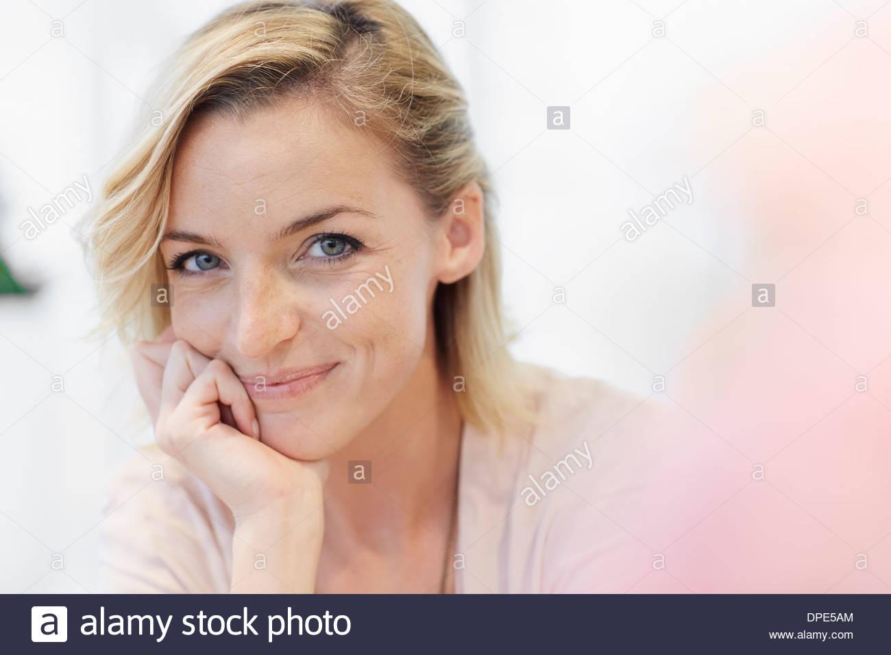 Porträt von Mitte Erwachsene Frau mit Hand am Kinn Stockbild