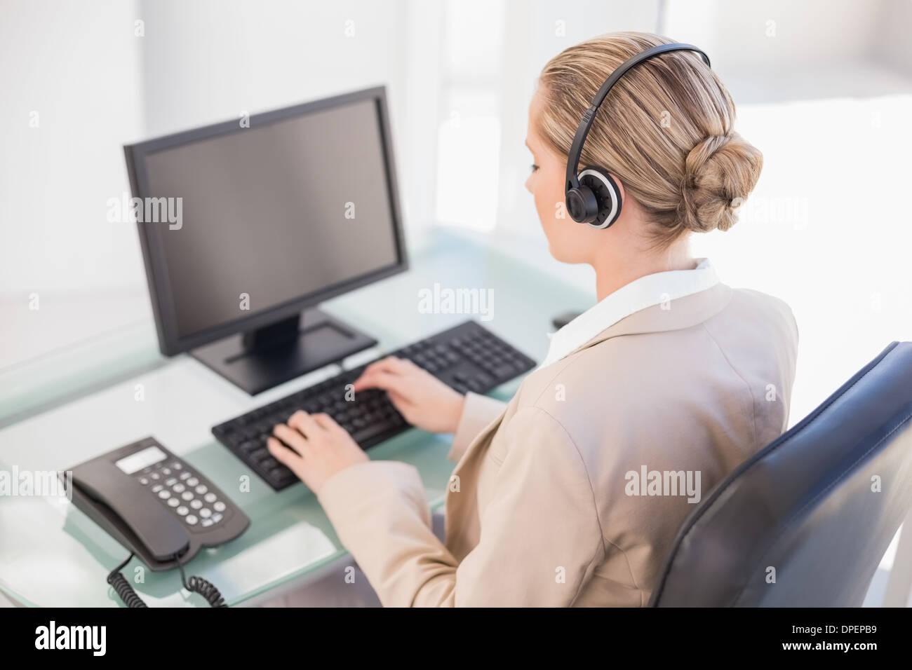 Blonde Callcenter-Agent arbeiten Stockbild