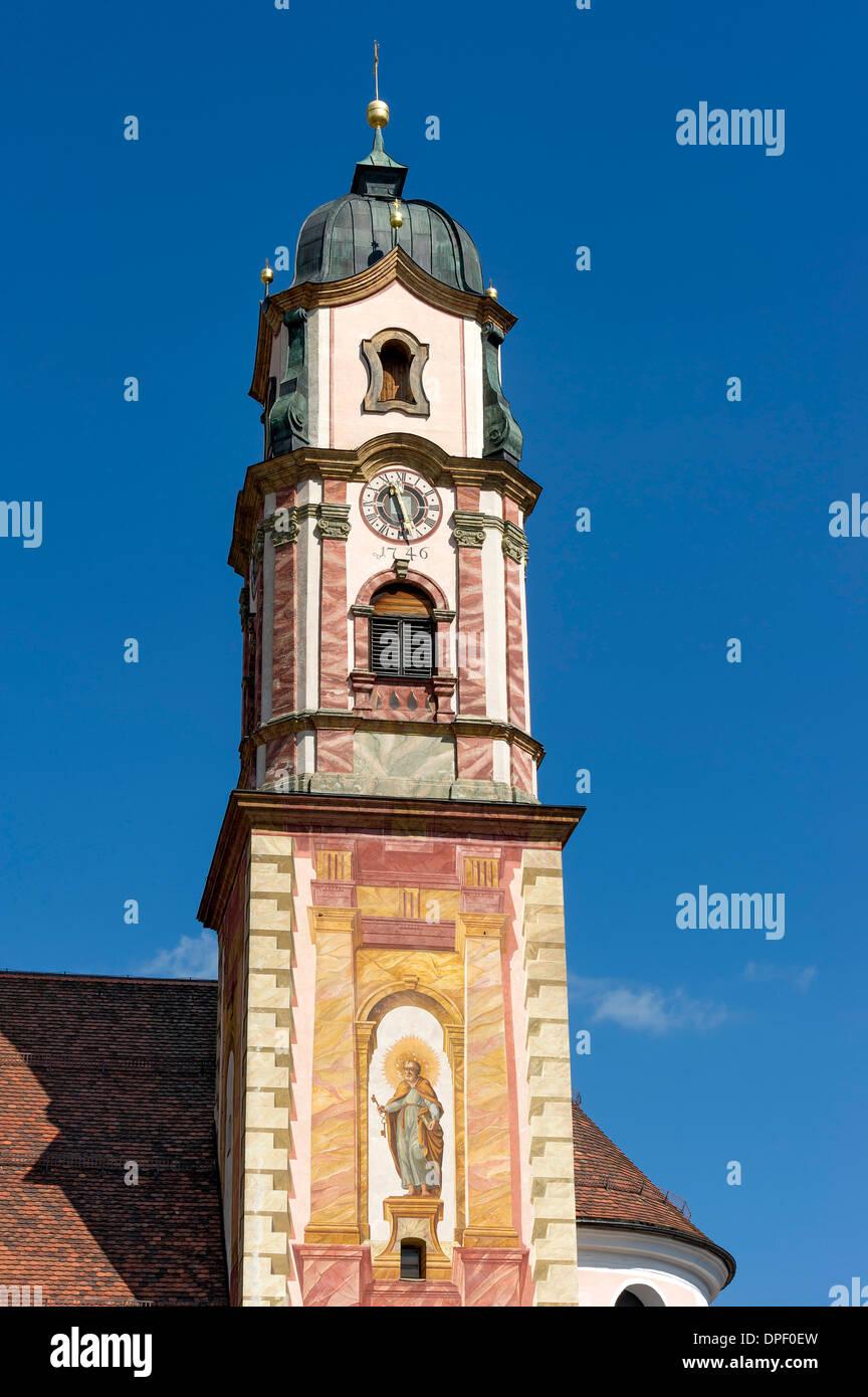 Glockenturm der Pfarrkirche St. Peter und Paul mit Lüftlmalerei, Mittenwald, Werdenfelser Land, Oberbayern, Bayern Stockbild
