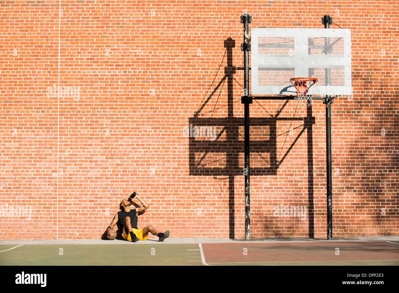 Basketball-Spieler ruht auf Gericht Stockfoto