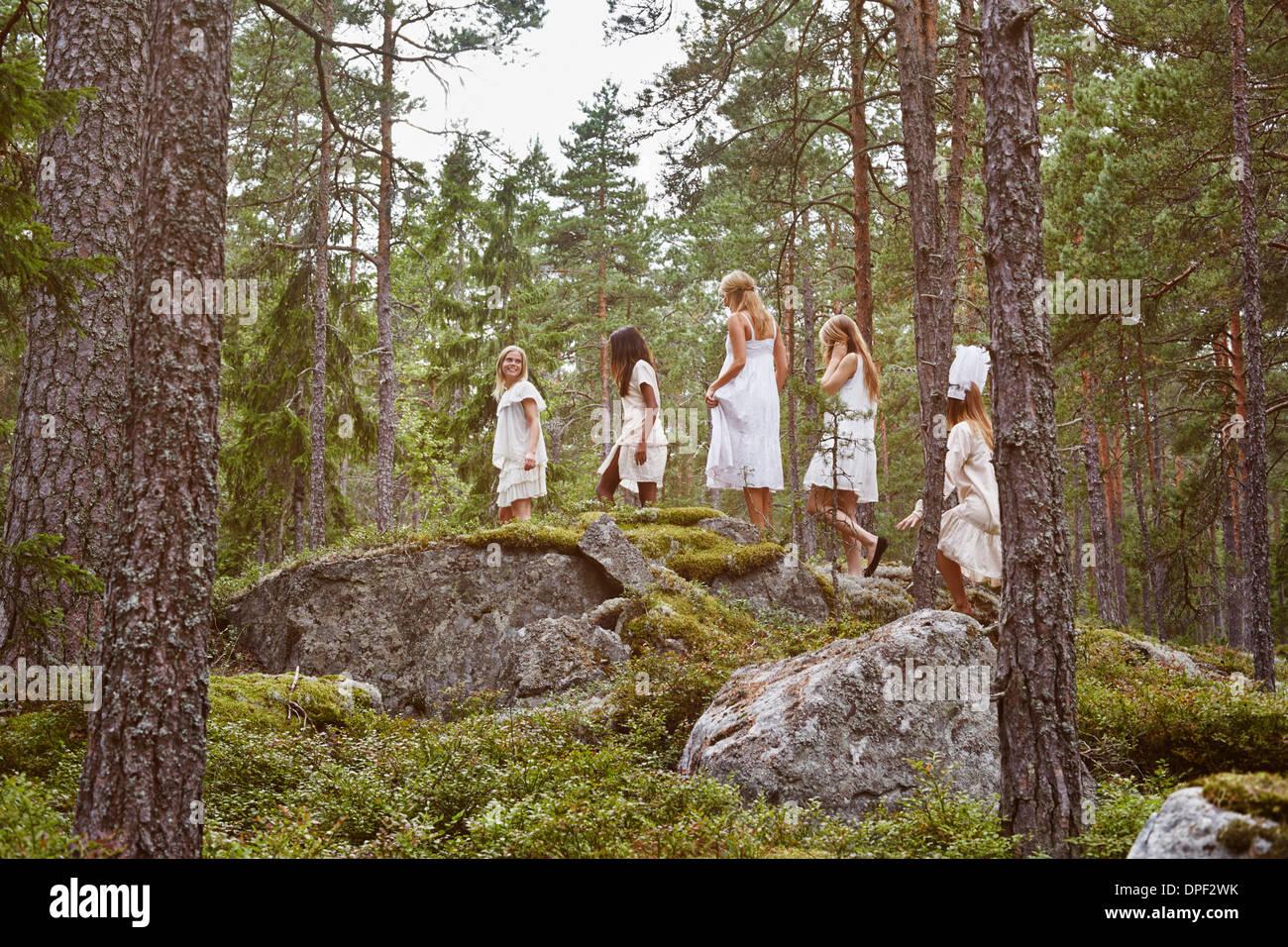 Mädchen im Teenageralter zu Fuß über die Felsen im Wald Stockbild