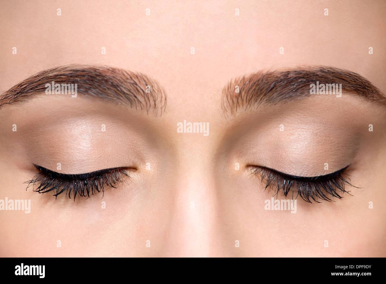 Studioaufnahme von schönen jungen Frau mit geschlossenen Augen beschnitten Stockbild