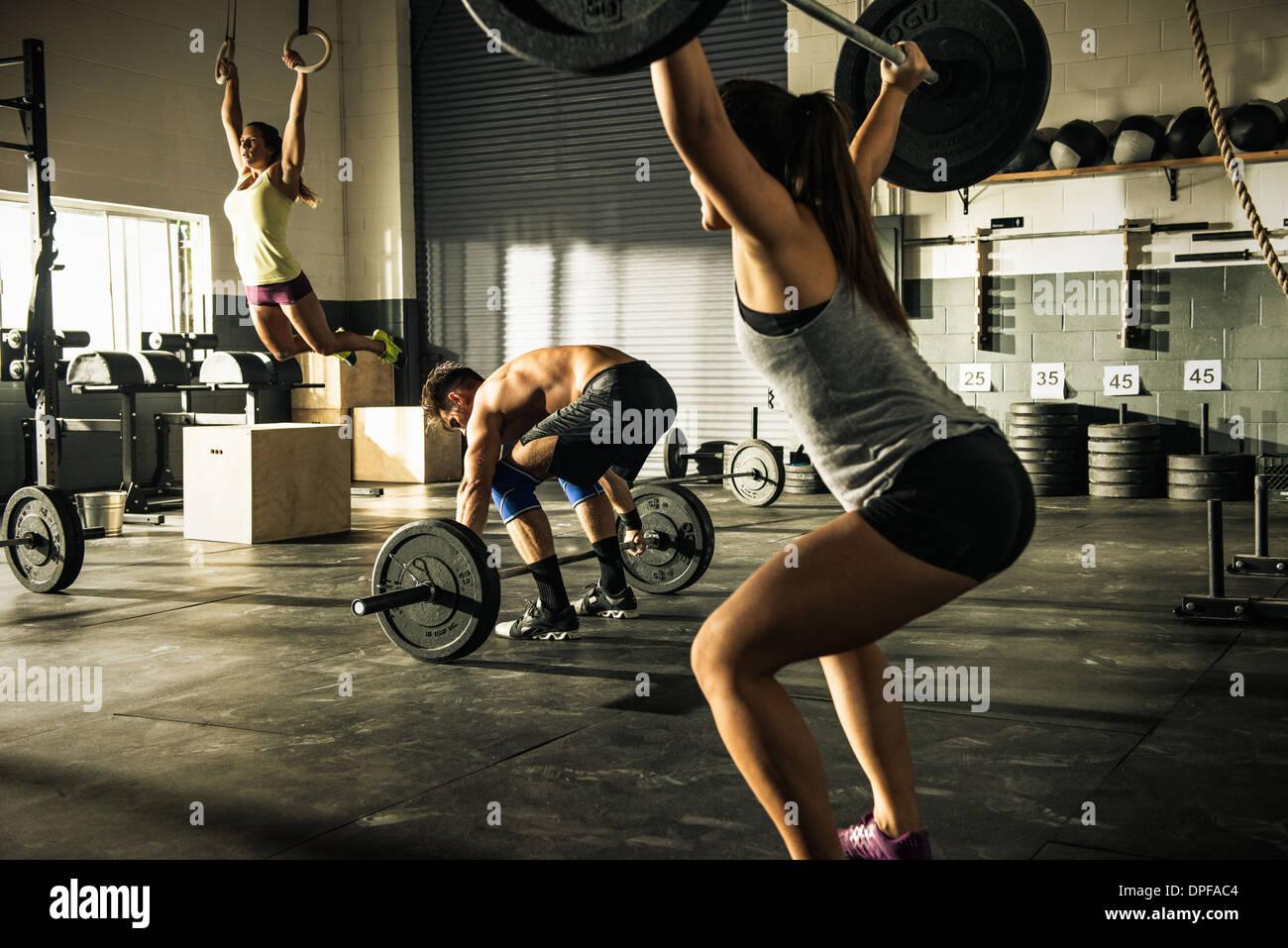 Menschen, die training mit Hanteln und Gymnasium Ringe Stockfoto