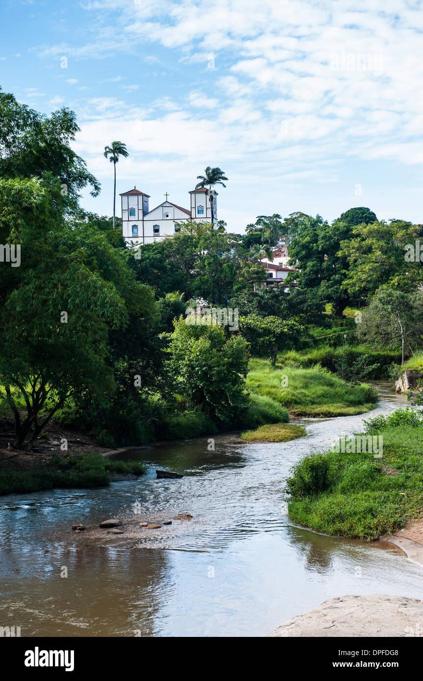 Matrix-Kirche unserer lieben Frau vom Rosenkranz hinter eine ziemlich üppige Landschaft im historischen Dorf von Pirenopolis, Goais, Brasilien Stockbild