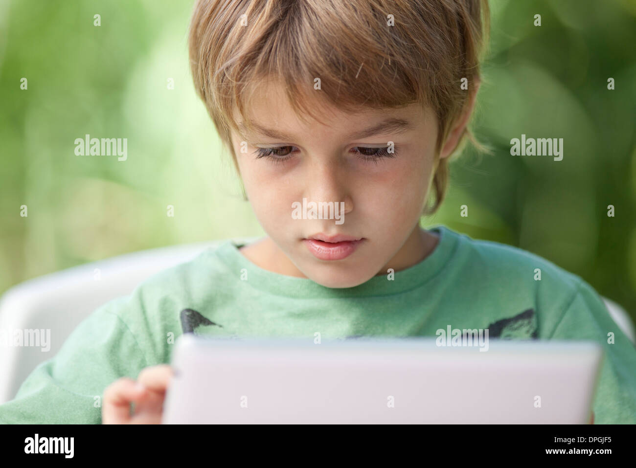 Junge mit digital-Tablette Stockbild