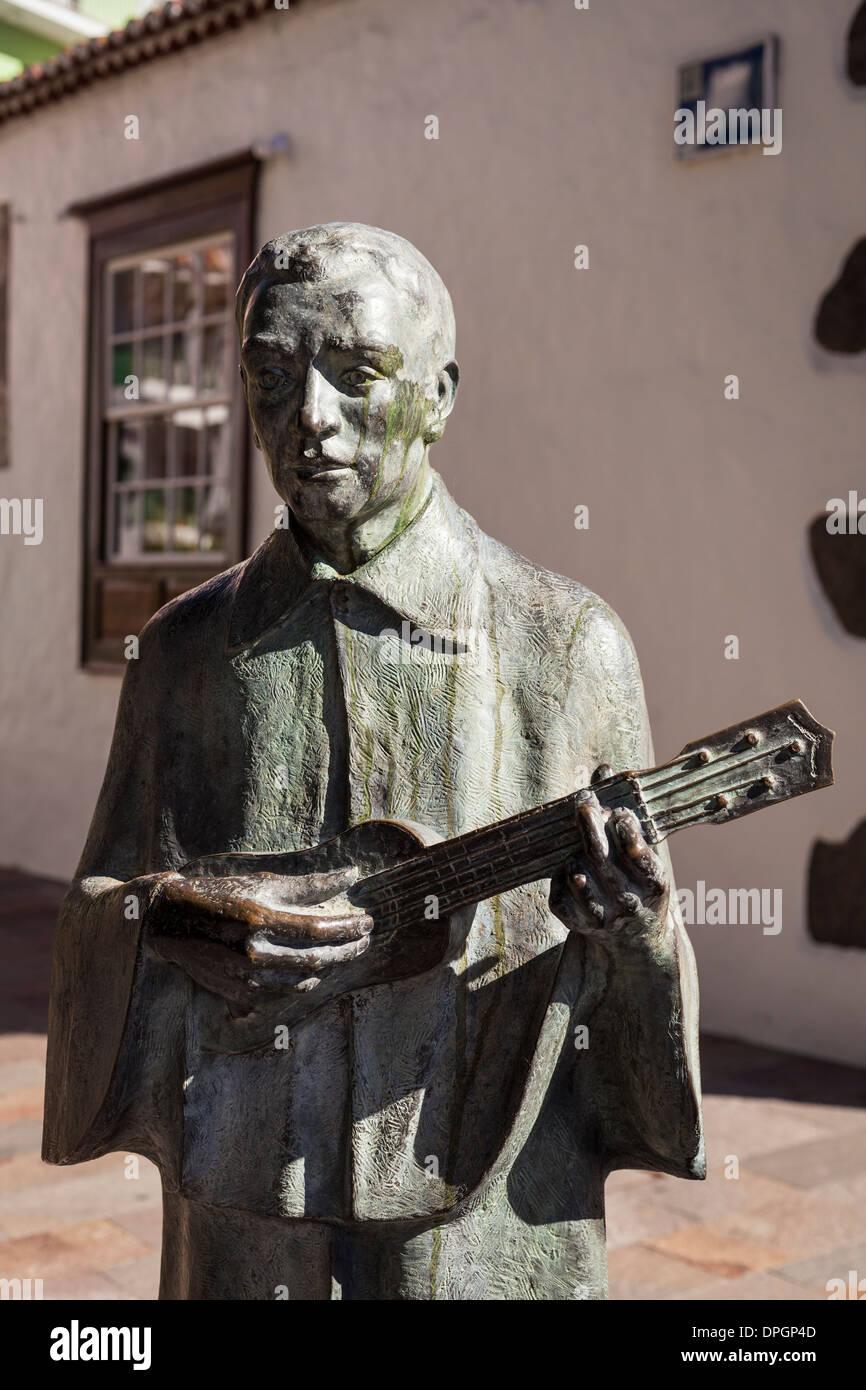 Bronze-Statue eines Spielers Timple zu Ehren der Folkloregruppe Arriero in Los Llanos de Aridane, La Palma, Kanarische Inseln, Sp Stockbild