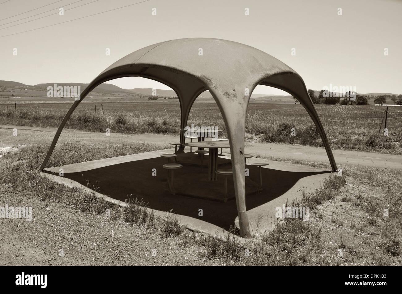 Bizarre Picknickschutz im modernistischen Stil in Warwick, Queensland, Australien, in sepia Stockfoto