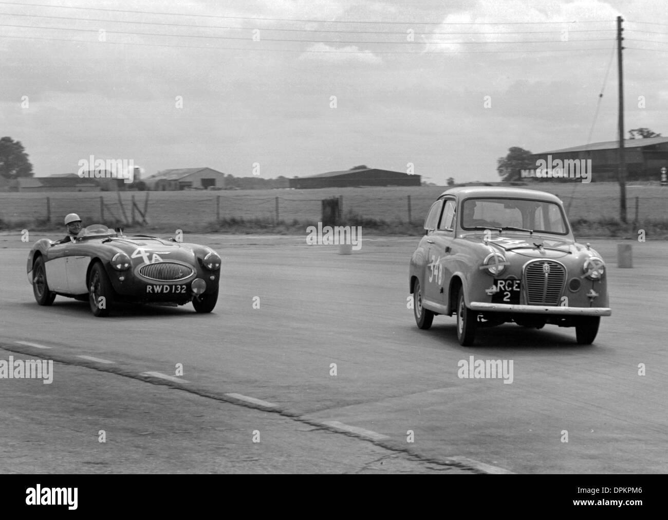 Austin A35 und Austin Healey während 750 Motor Club 6-Stunden-Relais-Rennen von Silverstone 1957 Stockbild