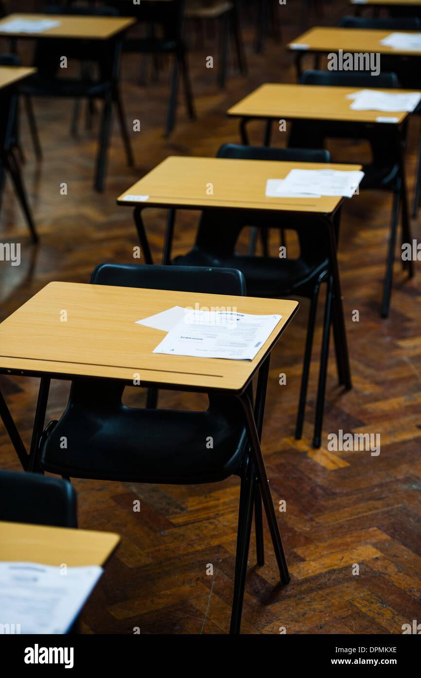 Reihen Von Leeren Schreibtisch Bereit Für Welsh Gcse Schüler Ihre